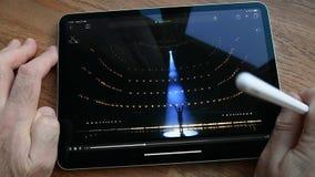 Jabłczanego iPad Pro spotkanie dostaje szui zerknięcia POV mężczyzny ogląda film zbiory wideo