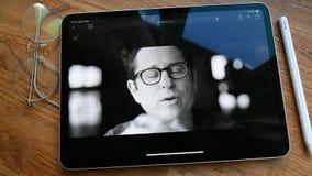 Jabłczanego iPad Pro spotkanie kreatywnie umysły za opowieściami ogląda czasu upływ zbiory