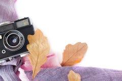 jabłczanego jesień świeczek składu susi liść target2422_0_ wazę Retro kamera, jesień liście na białym tle Nostalgia dla jesieni n Zdjęcie Stock