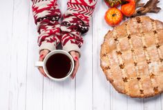Jabłczanego kulebiaka i kobiety ` s wręcza trzymać filiżankę czarna herbata Obrazy Stock