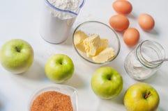 Jabłczanego kulebiaka składniki na bielu Obraz Stock