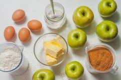 Jabłczanego kulebiaka składniki na bielu Obrazy Stock