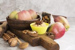Jabłczanego kulebiaka składniki nad kamienia stołem Fotografia Royalty Free