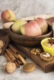 Jabłczanego kulebiaka składniki nad kamienia stołem Zdjęcia Royalty Free