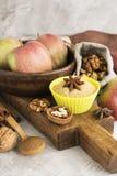 Jabłczanego kulebiaka składniki nad kamienia stołem Fotografia Stock