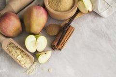 Jabłczanego kulebiaka składniki nad kamienia stołem Zdjęcie Royalty Free