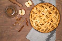 Jabłczanego kulebiaka tarta z rodzynkami, dokrętkami i cynamonem na rocznika tła drewnianej teksturze, Tradycyjny deser dla dnia  zdjęcie stock