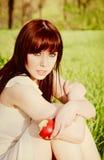 jabłczanej pięknej dziewczyny ręki siedzący potomstwa Zdjęcie Stock