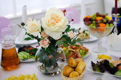 jabłczanej tło bankiet koszykowej winogron ogniska pomarańczowe sałatki owocowe soku tabele tartlets Białe róże w wazie Zdjęcie Royalty Free