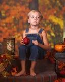 jabłczani chłopiec mienia potomstwa Fotografia Royalty Free