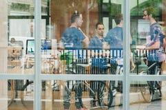 Jabłczani emplyees prepraring Apple Store Zdjęcia Stock