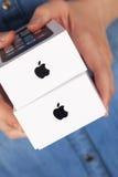 Jabłczani iPhone pudełka w osob rękach Zdjęcie Stock