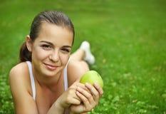 jabłczani piękni dziewczyny zieleni potomstwa Fotografia Royalty Free