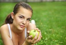 jabłczani piękni dziewczyny zieleni potomstwa Zdjęcia Stock