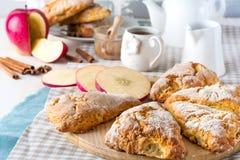 Jabłczani scones dla śniadania z jabłczanym cydrem glazurują Zdjęcie Royalty Free