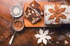 Jabłczany chleb z kakao, owoc i dokrętkami, Obrazy Royalty Free