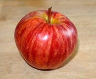 Jabłczany czerwony świeży i chrupiący wyśmienicie na drewnianej stołowej szczegół fotografii Obrazy Stock