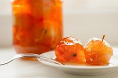Jabłczany dżem w szklanym słoju na bielu talerzu i Zdjęcie Stock