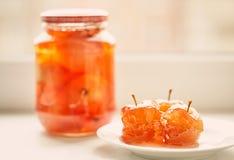 Jabłczany dżem w szklanym słoju na bielu talerzu i Obraz Royalty Free