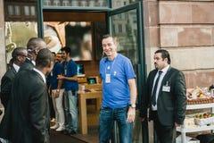 Jabłczany Genialny kierownik uśmiecha się przed iPhone 6 sprzedaży Obrazy Stock
