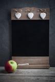 Jabłczany i drewniany blackboard obraz stock