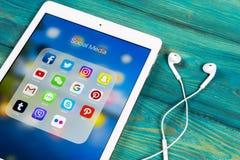 Jabłczany iPad na ofiice biurku z ikonami ogólnospołeczny medialny facebook, instagram, świergot, snapchat zastosowanie na ekrani obrazy stock