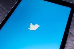 Jabłczany iPad Pro na czerń stołu otwartym świergocie app Świergot jest onlinym ogólnospołecznym networking microblogging usługa  Zdjęcie Stock