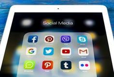 Jabłczany iPad Pro na drewnianym stole z ikonami ogólnospołeczny medialny facebook, instagram, świergot, snapchat zastosowanie na zdjęcia royalty free