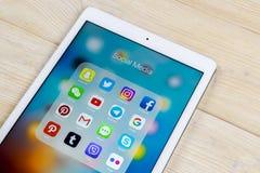 Jabłczany iPad z ikonami ogólnospołeczny medialny facebook, instagram, świergot, snapchat zastosowanie na ekranie Ogólnospołeczne obraz stock