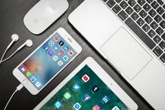 Jabłczany iPhone 8 plus z ogólnospołecznymi sieci apps na ekranie zdjęcia stock