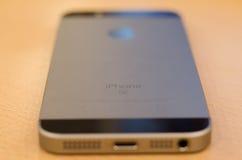 Jabłczany iPhone SE plecy Zdjęcia Royalty Free