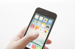 Jabłczany iPhone w żeńskiej ręce Zdjęcie Stock