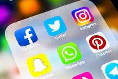 Jabłczany iPhone X z ikonami ogólnospołeczny medialny facebook, instagram, świergot, snapchat zastosowanie na ekranie Ogólnospołe obrazy stock