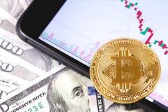 Jabłczany iPhone 8+ z mapą i bitcoin, dolary Ekaterinburg, R obrazy stock