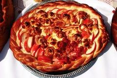 Jabłczany kulebiak dekorował z jagodami fotografia royalty free