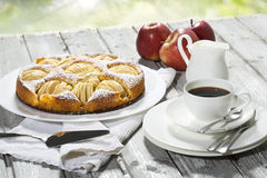 Jabłczany kulebiak, filiżanka i talerz, jabłka na drewnie Zdjęcie Royalty Free