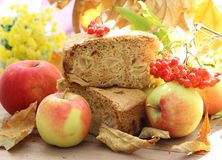 Jabłczany kulebiak i jabłka Obraz Royalty Free