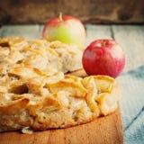 Jabłczany kulebiak, kwadratowy skład i stonowany wizerunek, Fotografia Stock