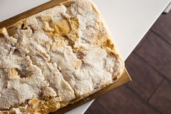 Jabłczany kulebiak na białym stole na drewnianym stojaku Fotografia Royalty Free