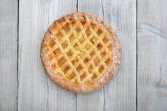 Jabłczany kulebiak na drewnie fotografia royalty free