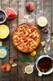 Jabłczany kulebiak na rocznika tła drewnianej teksturze Odgórny widok Domowej roboty jabłczany kulebiak, jabłka na drewnianym sto zdjęcie royalty free