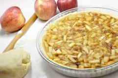 Jabłczany kulebiak, przygotowanie Zdjęcia Stock