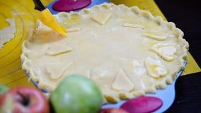 Jabłczany kulebiak w przygotowaniu z poradą muśnięcie zbiory