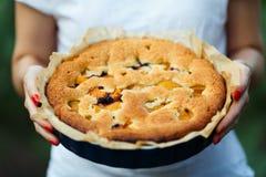 Jabłczany kulebiak w rękach kucharz zdjęcie royalty free
