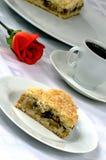 Jabłczany kulebiak z czerwieni różą i filiżanką kawy Zdjęcia Stock