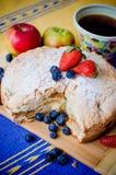 Jabłczany kulebiak z owoc i kawą Obraz Royalty Free