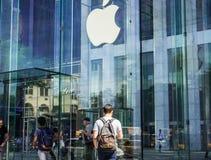 Jabłczany logo wieszał w szklanym sześcianu wejściu sławny fifth avenue Apple Store w Nowy Jork Obrazy Stock
