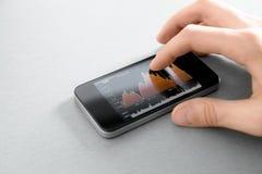 jabłczany mapy ręki iphone rynku zapasu macanie Zdjęcie Stock