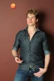 jabłczany przystojny kuglarski mężczyzna Zdjęcie Royalty Free