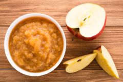 Jabłczany puree i jabłka na drewnianym stole fotografia stock
